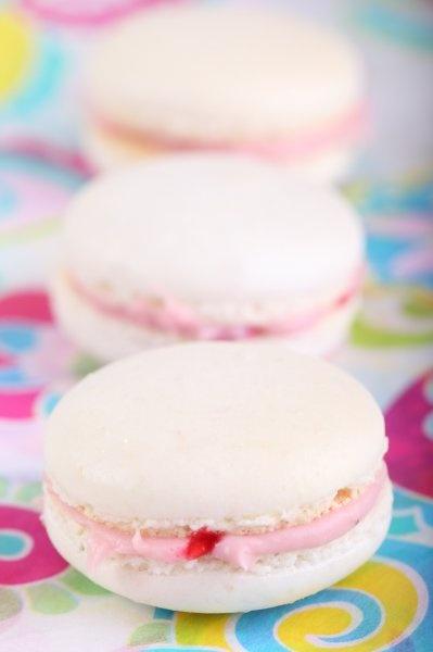De kunst van het macaron maken leer je niet in een dag. Deze heeft een vulling van witte chocolade en framboos.