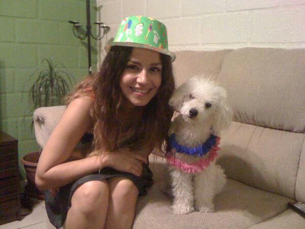 Karla y su perrita celebrando año nuevo