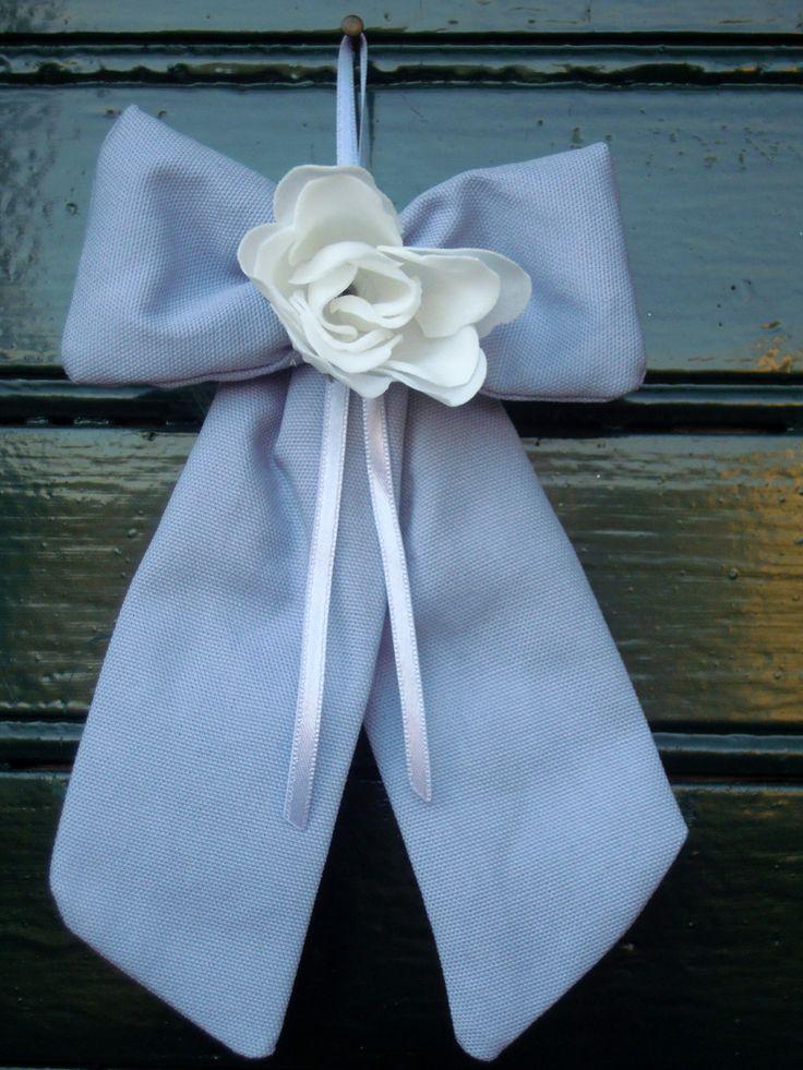 Fiocco da parete lavanda fatta a mano, con rosa petali di sapone.  Dimensione: 15x25 cm  Completa di n.5 confetti in scatolina in PVC.