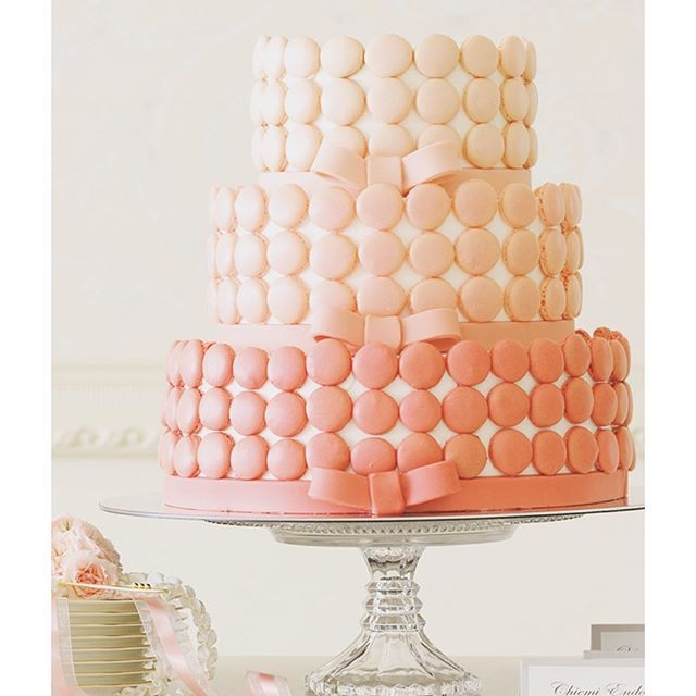 recruit_holdings on Instagram pinned by myThings ピンクグラデーションの愛されマカロンケーキ  花嫁が大好きなピンク色のグラデーションのマカロンと、同じ色のお菓子で作ったリボンをあしらったキュートなケーキ。かわいさに女性ゲストが喜んで写真を撮ること間違いなし。  #ゼクシィ #ウェディングケーキ #ウェディング #ブライダル #マカロン #ケーキ #かわいい #Wedding #cake #cute #RECRUIT