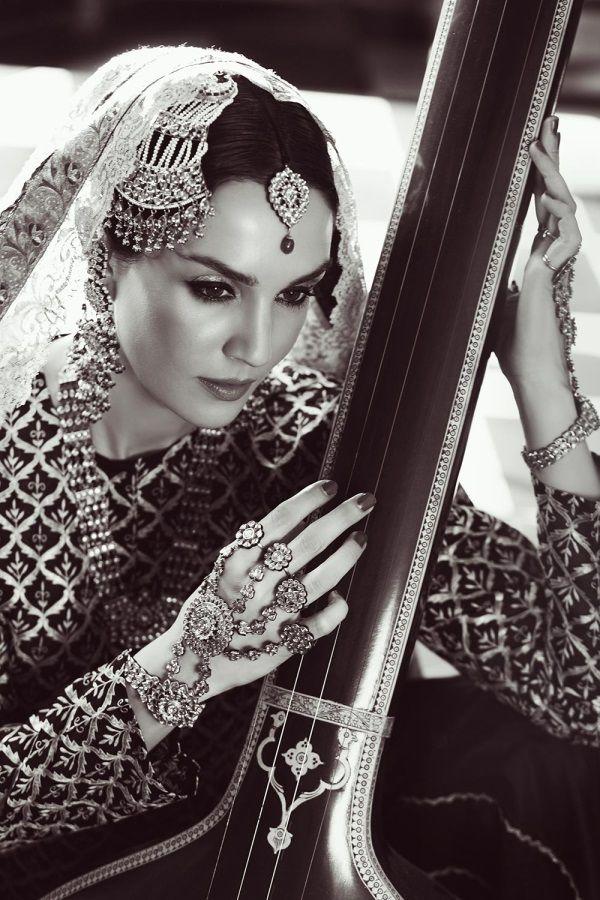 La novia con accesorios: Sonya Jehan para Hazoorilal and Sons Jewellers como Umrao Jaan
