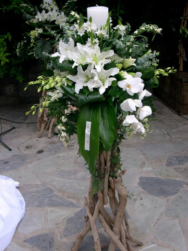 λαμπάδες γάμου με φρέσκα άνθη σε βάσεις από θαλασσόξυλα ..στολισμός εκκλησίας..wedding decoration with driftwood