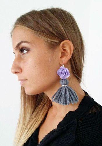 NORA Wool Tassels earrings with floral cabochon – Orecchini con nappe in lana color grigio e cabochon fiore viola