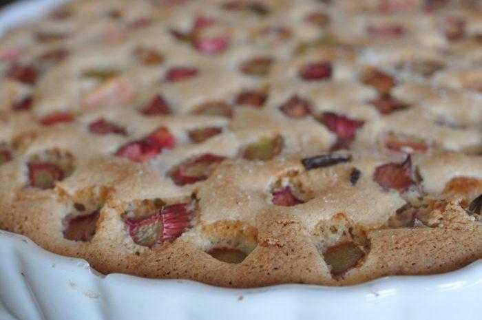 Sommerens hurtigste rabarbertærte - nem og lækker og fedtfattig ovenikøbet. Kan røres sammen på ingen tid. Serveres med flødeskum eller vaniljeis til. Uhm! :-)