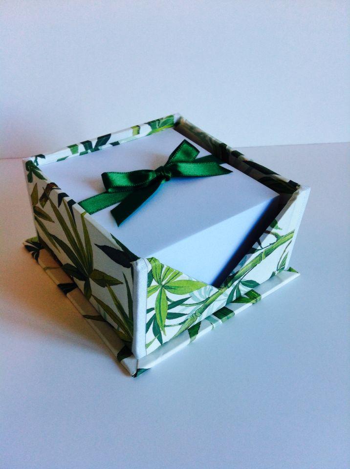 Porta blocknotes carta bamboo, fresco e molto utile! Indispensabile in casa, sulla scrivania o vicino al telefono. Con blocco carta incluso Disponibile su Etsy.com Artefattishop