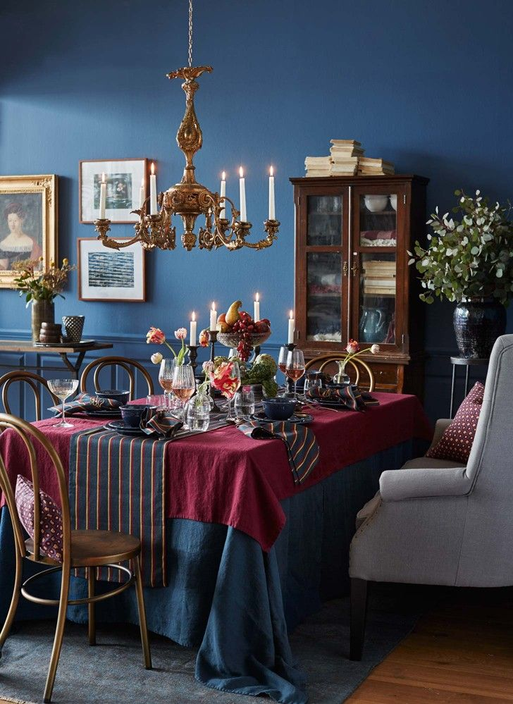 Классический интерьер с изюминкой  Шведский сайт Skona Hem продолжает создаватьинтересные осенние интерьеры, определяя тенденции в домашнем дизайне на ближайшие месяцы. И в этот раз нашему вниманию представлен «классический интерьер, но с изюминкой» — так описывают этот дизайнего создатели. Смесь традиционного английского стиля и богемных 70-х выполнена в насыщенные оттенках, среди которых глубокий синий, красный, желтый и нейтральные серый. Прекрасный источник вдохновения!    красочный…