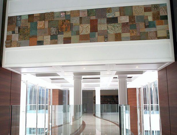 """Duvar heykeli """"Parfüm"""" / Clay wall sculpture """"Perfume"""". Yaprak Çika, Özen Gün, Eraydın Erdoğan. Sahici, 2014.  Ceramic wall sculpture titled """"Perfume."""" 650x135x10 cm. Gebze, Türkiye."""