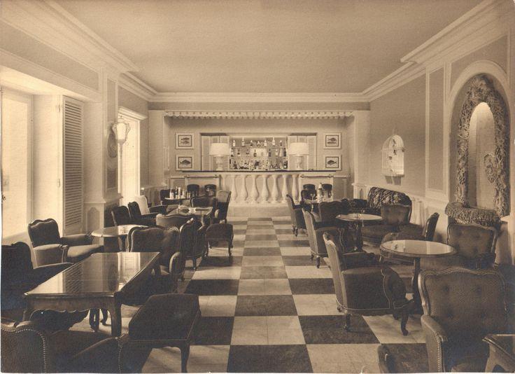Durante a Segunda Guerra Mundial, espiões britânicos e alemães encontravam-se no bar do Hotel Palácio Estoril. Por aqui se alojou Ian Fleming, o homem que inventou a personagem de James Bond, inspirado no agente duplo Dusko Popov, que também aqui esteve hospedado. Mais tarde, o hotel serviu de cenário do filme 007 – Ao Serviço de Sua Majestade.