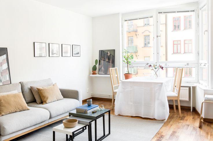 Norrmalm vardagrum soffa matbord matstolar konst beiga kuddar