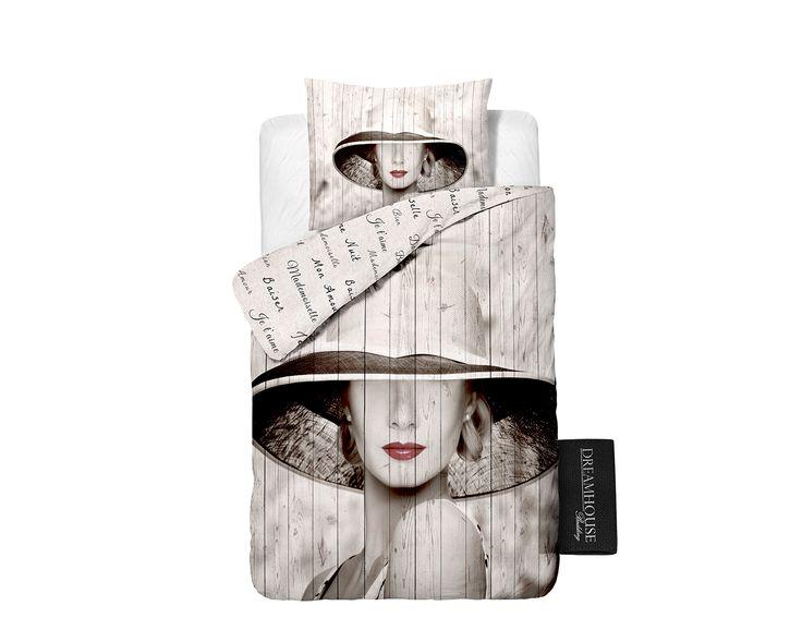 Het dekbedovertrek 'Madame' van DreamHouse Bedding is een prachtig, eigentijds dekbedovertrek met als basis een taupekleurig houtpatroon. Daarop is een grote afbeelding gedrukt van een prachtige 'Madame' met een grote hoed. De afbeelding is ook in taupetinten ofwel sepia gedrukt. Hierdoor komen haar knalrode lippen extra goed uit.