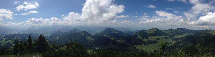 Panorma-Überblick vom Spitzstein in den Chiemgauer Alpen  Mehr Eindrücke zum Spitzstein unter: http://www.triplib.de/mcvogi/reiseberichte/825368-bergtour-mit-der-familie-auf-den-spitzstein