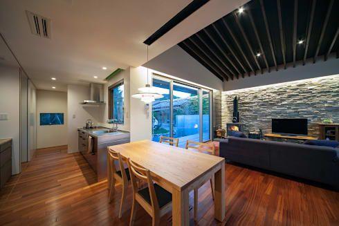 ISDアーキテクト/一級建築士事務所が手掛けたクロスハウス~「作業 ... リビング・ダイニング・キッチン: ISDアーキテクト/一級建築士事務所が