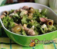 Летний салат с вареной форелью Очень вкусный, легкий ,и что немаловажно, довольно простой и быстрый в приготовлении летний салат с вареной форелью. Его можно подать к обеденному столу или на ужин, впрочем и на праздничном столе этот салат будет востребован.Вареная форель прекрасно сочетается листовым салатом, свежим огурцом, маслинами и яйцами, а медово - горчичная заправка придает приятный, слегка пикантный вкус. Филе форели (отварное) — 120 г; Салат листовой — 1 пуч.; Оливки (без…
