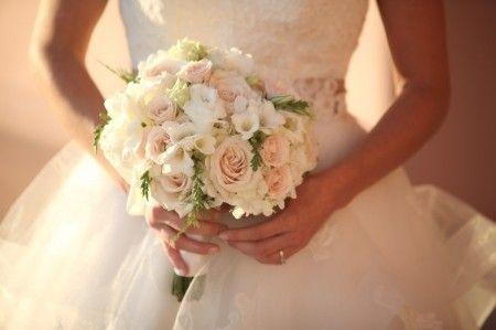 Ciao a tutte :) Ho raccolto alcuni bouquet di rose bianche e dalle tonalità tenui. Li condivido per chi, come me, sceglierà un bouquet total white o con qualche sfumatura pastello dove il fiore protagonista sarà la rosa. Li trovo molto raffinati!