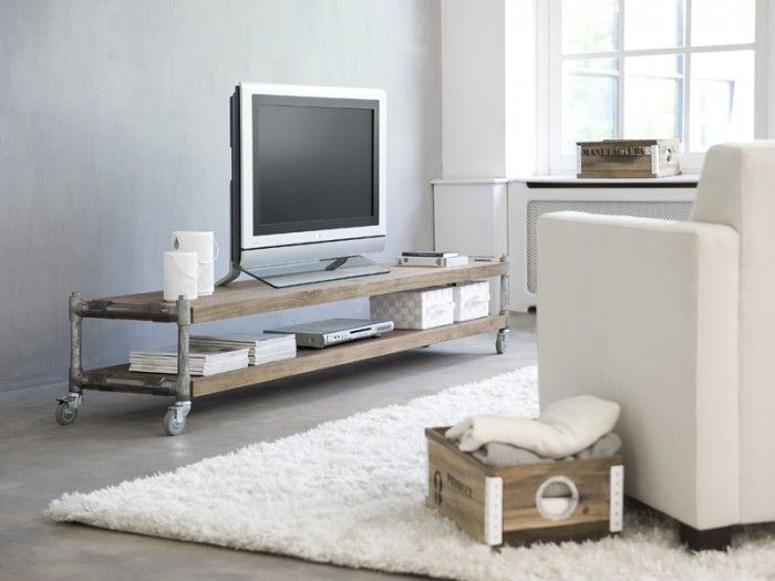 Industrieel TV-meubel van teakhout met steigerbuizen.