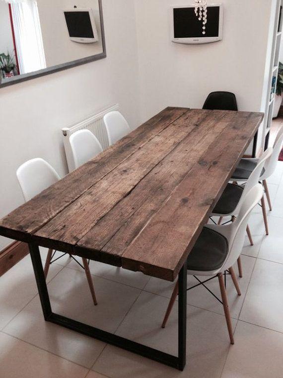 Hier ist unser 6-8-Sitzer Esstisch aus wiederverwendetem Holz und Stahl