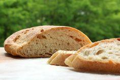 Pane pizza con pasta madre: veloce e indolore. Senza tante complicazioni pane in tavola per il pranzo, olè. Siete curiose? Non vi resta che provare.