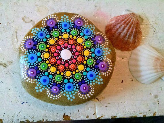 Hand Painted Beach Stein von den Ufern des Lake Erie von Miranda c  Punkt-Kunst auf Beach-Stein Größe: ca. 4,5 Zoll im Durchmesser  Farben: Weiß, gelb, blass-blau, blaugrün, Türkis, stahlblau, Aqua, rot, blau, Pink, grün, Dk-blau  Form: Round-ish Medium: Wasserbasierte Acrylfarben  Versiegelt/Protectant: Ja. mit Indoor/Outdoor UV Schutzmittel Lack - Glanz  Technik: Pointillismus, Dotillism, Punkt Kunst  Setzen Sie etwas Farbe in Ihrem Leben oder ein fremdes!!!  Diese Steine sind ideal für…