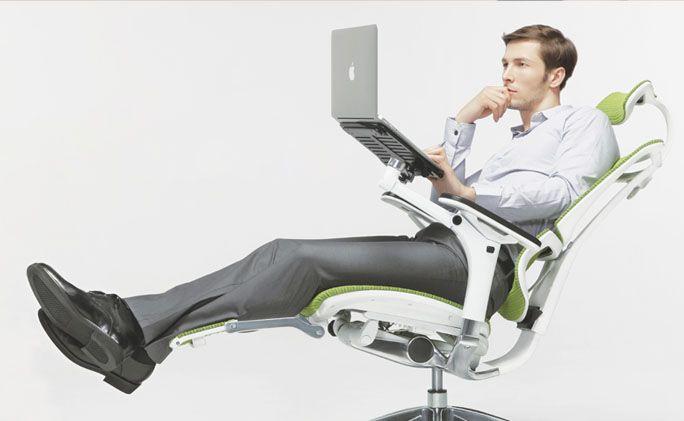 Stella Pro Chair. Sillón ejecutivo con respaldo con cabecera en malla con posa-piés y porta-laptop retráctiles. #Mober