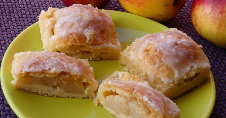 Kolejny przepis, który znalazłam na grupie kulinarnej i postanowiłam wypróbować to ciasto z połówkami jabłek. Jabłek u mnie dostatek bo mama...