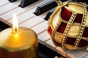 Meu amigo. Não te esqueças. Pelo Natal do Senhor, Abre as portas da bondade Ao chamamento do Amor. Reparte os bens que puderes Às luzes da devoção. Veste os nus. Consola os tristes, Na festa do coração. Mas, não te esqueças de ti, No banquete de Jesus: Segue-lhe o exemplo divino De paz, de verdade e luz. Toma um novo compromisso Na alegria do Natal, Pois o esforço de si mesmo É a senda de cada qual. Sofres? Espera e confia. Não te furtes de lembrar Que somente a dor do mundo Nos pode…
