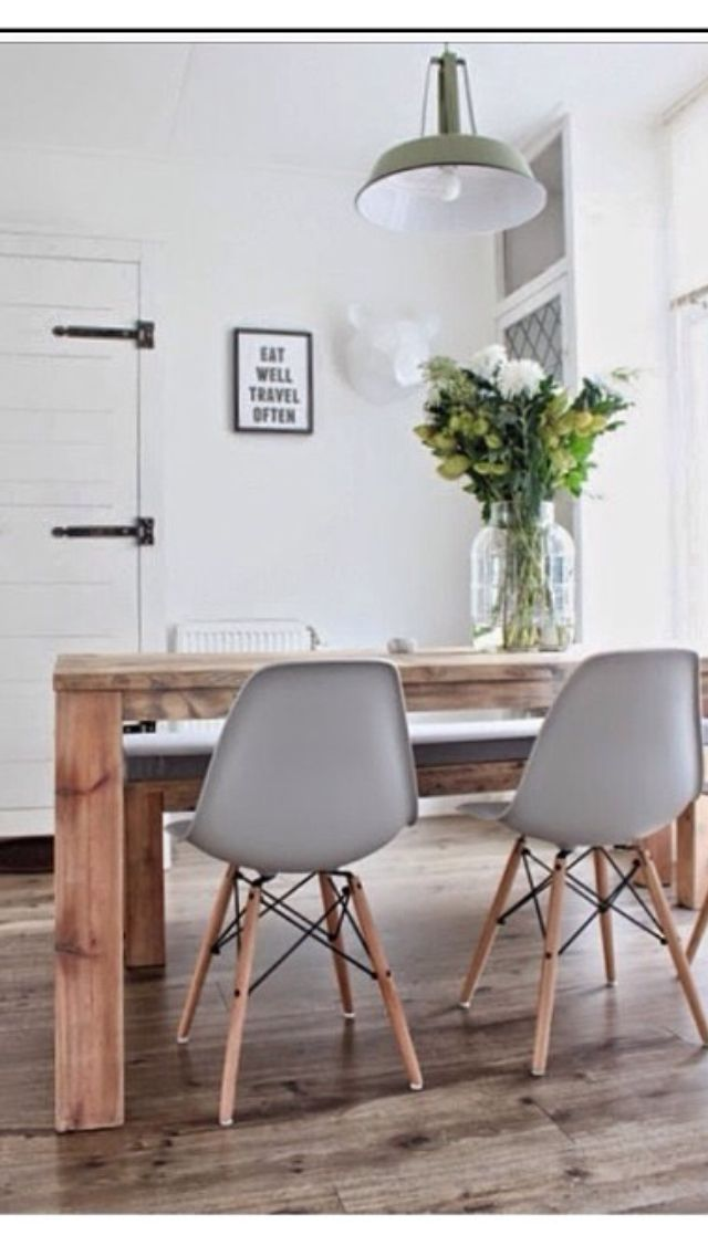 Dining table, chairs & flowers