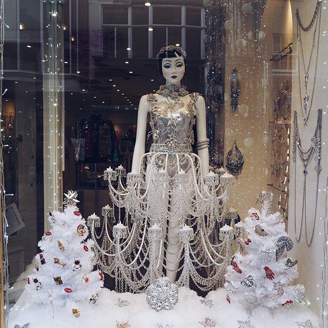 WEBSTA @ alibaileylondon - Close up of @butlerandwilson beautiful window display ✨✨✨✨👌🏻❄️❄️❄️so pretty ...........#abouttoday #londonmum #londonlife #butlerandwilson #britishbrand #britishdesigner #jewellerydesigner #brooches #sparkle #crystals #bling #beautiful #windowdisplay #christmaswindow #alibaileylondon #magical
