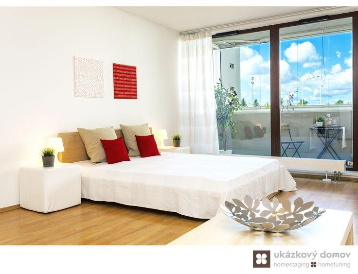 Home Staging nezařízeného bytu 1+1 v Praze Holešovicích. Více info k tomuto projektu na http://ukazkovydomov.cz/2016/09/15/home-staging-nezarizene-garsonky-49-m²-v-praze-holesovicich/ #home #staging #homestaging #praha #prague #holesovice #vacant #nezarizeny #byt #apartment #garsonka #enclosed #bila #white #cervena #red #po #after #lodzie #patio #cz #czech #loznice #bedroom
