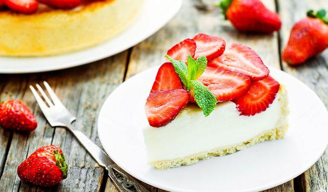 Rezept für eine leichte Low Carb Erdbeer-Joghurt-Torte - kohlenhydratarm, kalorienarm, ohne Zucker und Getreidemehl gebacken.