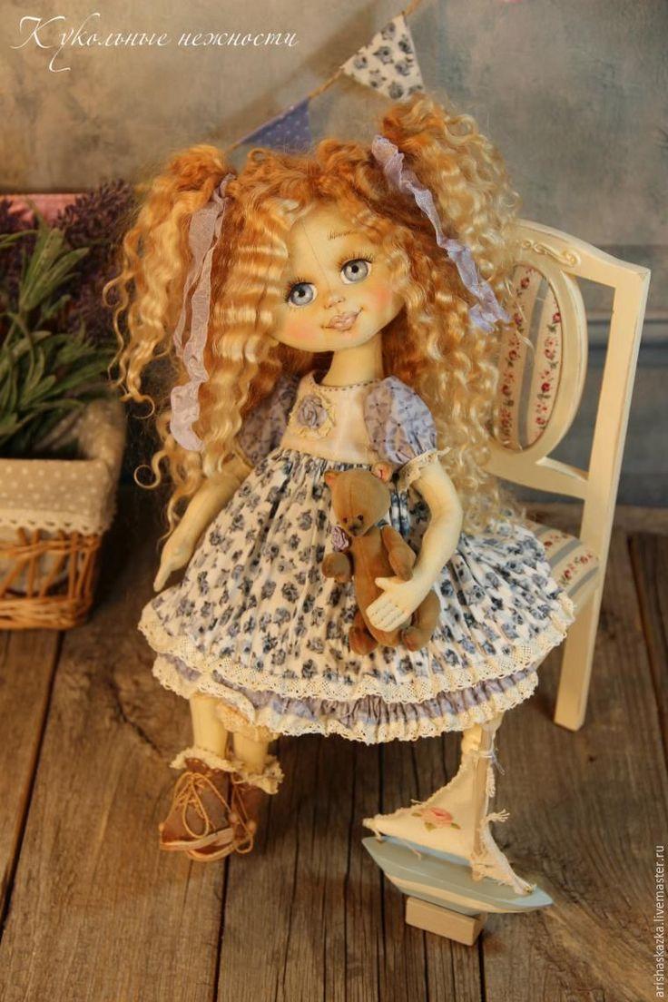 Очень много вопросов по лицу куколки. Простому обывателю даже не верится, что куклы сделаны из ткани. Поэтому я немного приоткрою занавес и покажу кое-что из рабочего процесса. Для того чтобы тот, кто начинает шить кукол, понимал, в каком направлении ему двигаться, ну или выбрать другой способ :) У меня всё просто :) Я использую хороший американский хлопок фирмы KONA.