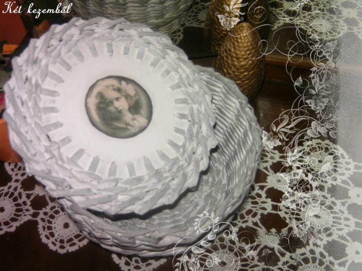 Kicsi fedeles tároló. fehér alapon szürke antikolással. A tetején vintage kép díszítéssel.