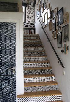 La bonne idée pour relooker un escalier : on décore chacune des contre-marches. Avec du carrelage adhésif, ce sera plus facile et moins cher !