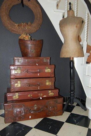 Antieke Engelse leren koffer met koperen sluitingen