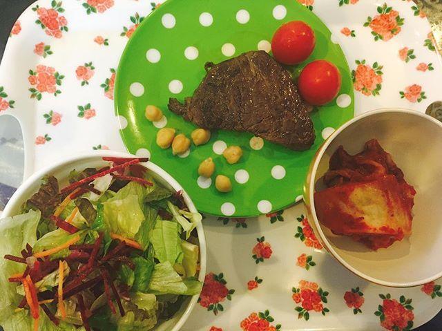 🍴お昼ご飯🍴 ・ローストビーフ ・レタス人参スライスサラダ ・キムチ  という謎のコンセプト😂😂 洋風かと思いきや洋風じゃない、、笑笑  #ダイエット#お昼ご飯#肉 #プライベートジムarchon