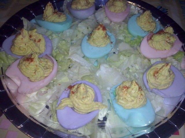 Huevos rellenos de colores con mucho amor