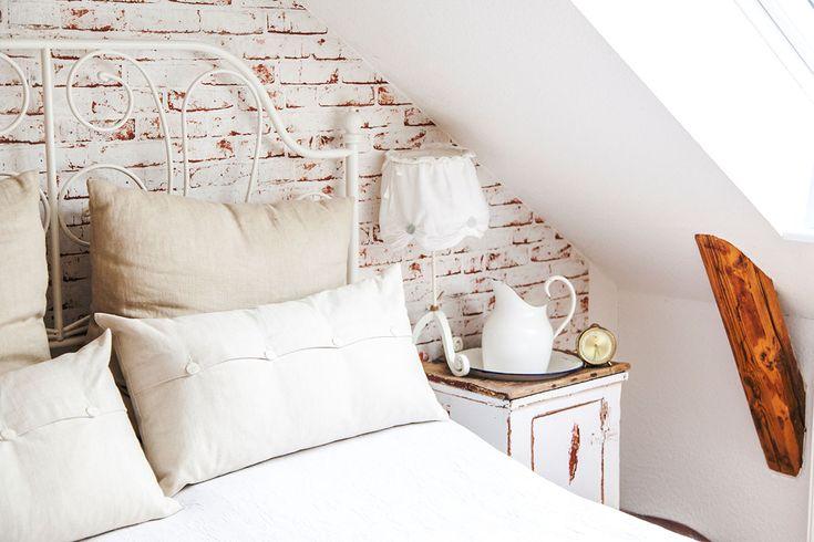 So wohnt der Norden: Auf Zeitreise mit Dagmar aus Husby - Förde Fräulein Shabby-Chic Vintage Antik Kreidefarbe Wohnen Interior Bett Ikea