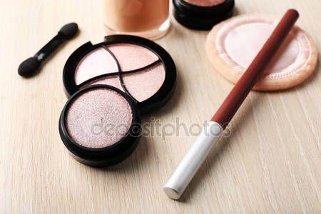Descargar - Set de cosmética decorativa en el fondo de la mesa de madera — Imagen de stock #67451907