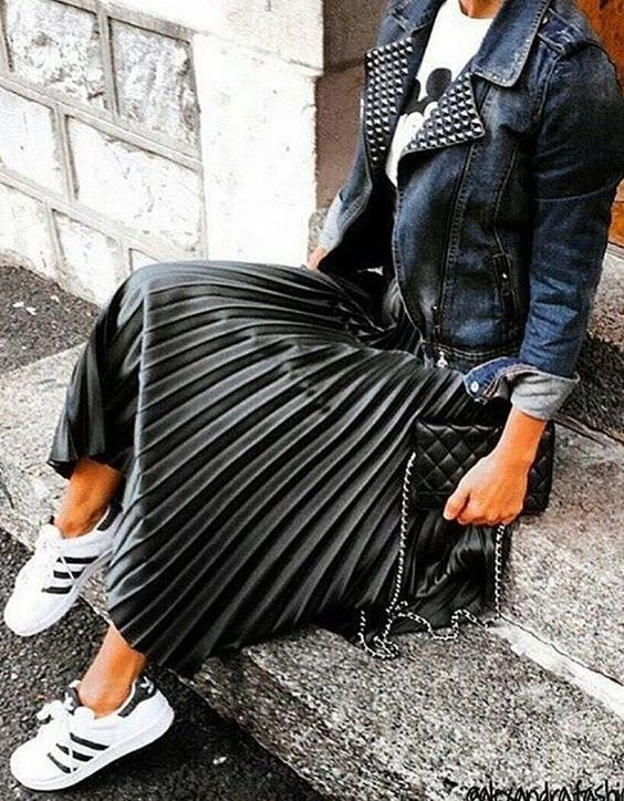 veste en cuir + t-shirt + jupe plissée + baskets