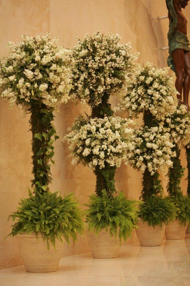 Si eliges casarte en Cristo Resucitado colocar estos macetones con unos topiaris sencillos o dobles de flores tupidas será la mejor elección.