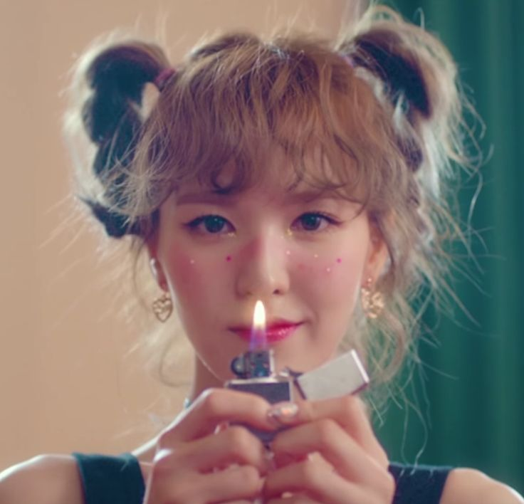 Wendy from red velvet in the beginnning of the russian roulette video