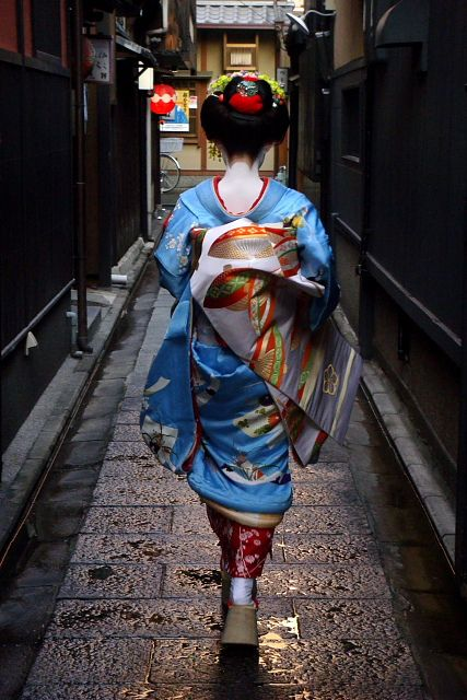 The maiko (apprentice geisha) Kyouka makes her way to the Tsurui tea house in the Gion district of Kyoto, Japan.