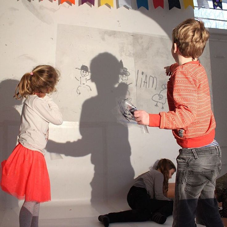 Update! We hebben een nieuw atelier en er gebeurt VEEL! Hier; speel met je schaduw in je eigen geprojecteerde tekening!  #hoedjevandekoning #atelier #haarlem #partijtje #feestje #kleinekunstenaars #kinderkunst #kunst #schaduw #schaduwen #shadow #instakids