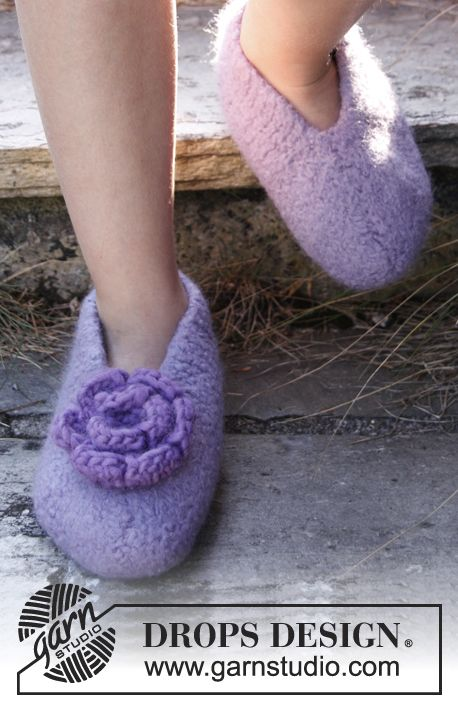 """Felted DROPS slippers with crochet flower in """"Eskimo"""". Size 23 - 37."""
