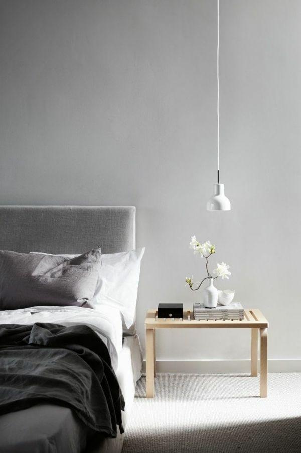 schlafzimmer mit einem groen bett graue wand und interessante, Innenarchitektur ideen