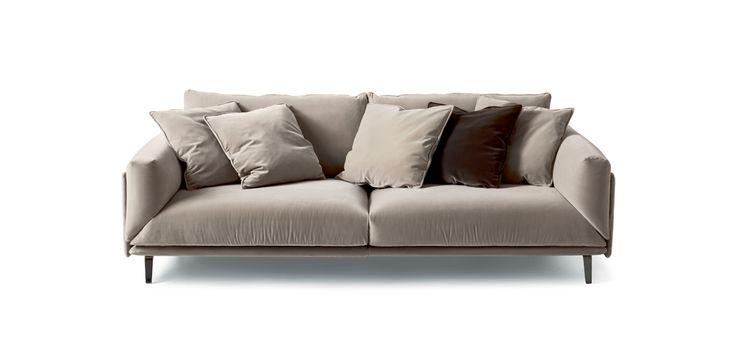 Il divano Faubourg è un omaggio alla storia di arflex, in cui Carlo Colombo come sempre gioca sulla semplicità con ironia e gusto. Un pezzo easy & chic, profondo e dalla cuscinatura morbida in cui ci si può quasi tuffare.