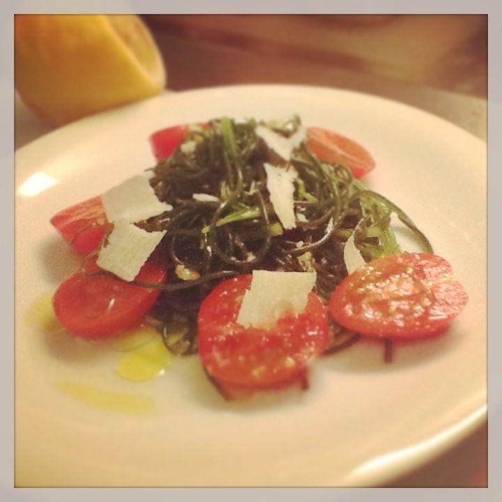 Salade tiède d'agretti et de tomates aux copeaux de parmesan    200g d'agretti 4 tomates (Marmandes) Du Parmegianno Reggiano Une bonne huile d'olive fruitée (de la bouteillan par exemple) 1 citron jau...