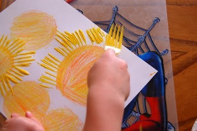 zonnetje vingerverven en de stralen stempelen m.b.v. een vork.