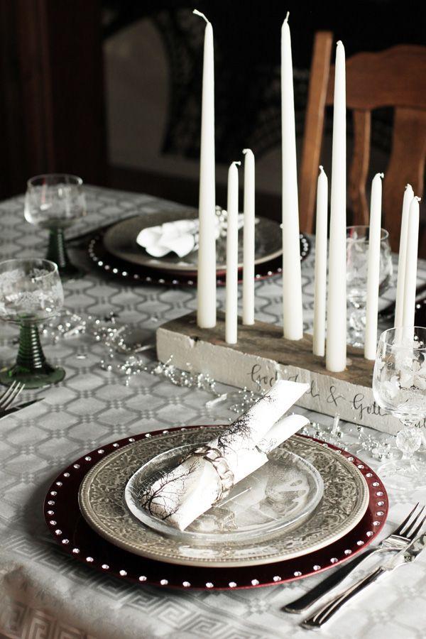 Nyårsdukning i silver, grått och rött. Dukning för tre rätter med röd undertallrik. DIY ljushållare och ljusstake av drivved.  New years table setting 2012. Homemade candleholder drift wood.