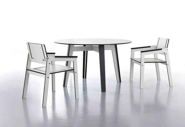 Owalny stół Jig o nowoczesnym i eleganckim wyglądzie. Wykonany został z materiału HPL, który jest odporny na wilgoć, wysoką oraz niską temperaturę, zadrapania ani uszkodzenia.