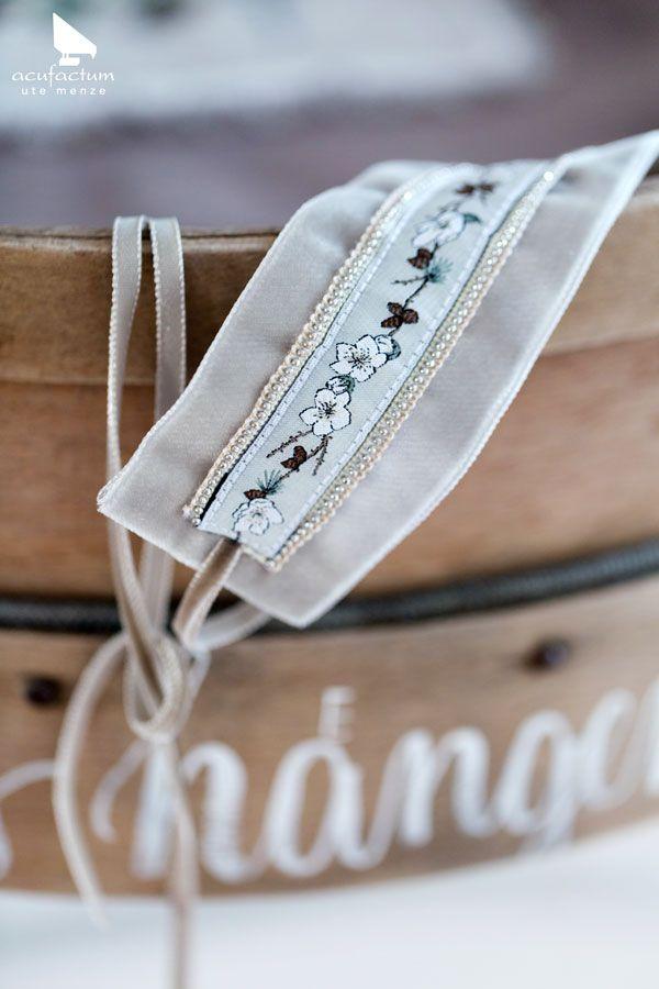 """Webband Christrosen aus dem Buch """"Claras Geschichten Herbst & Winter"""" #acufactum #webbaender #wovenribbon #winter #herbst #fall #christrosen #naehen #sewing #sticken #embroider #kreuzstich #crossstitch #diy"""